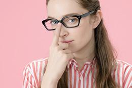 眼鏡美人の女性