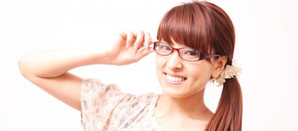 眼鏡をかけて微笑む女子